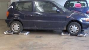Roboter des Avery-Systems greifen sich ein Auto.