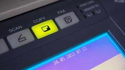 Mit Multifunktions-Kopiergeräten scannen Unternehmen Akten ein.