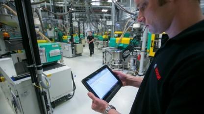 Mitarbeiter mit Tablet bei Bosch (Symbolbild): neuen Konkurrenten tauchen auf