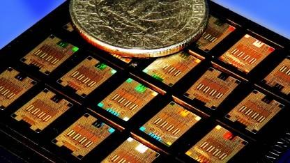 Transceiver-Chips im Größenvergleich mit einer Quarter-Dollar-Münze. Mit 24 mm Durchmesser ist diese kaum kleiner als ein 2-Euro-Stück