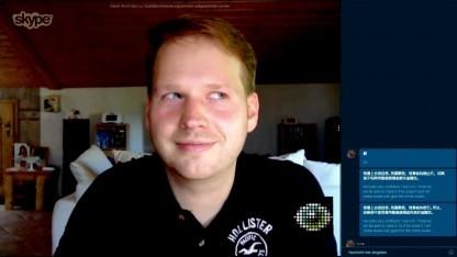 Redakteur Michael Wieczorek probiert Skype Translator Vorschau aus.