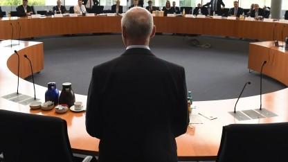 BND-Präsident Schindler stellte sich im Ausschuss vor seine Mitarbeiter, konnte deren Verhalten aber nicht erklären.