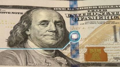 Dice auf einer 100-US-Dollar-Note