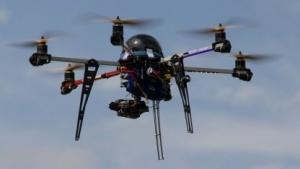 Hexacopter im Flug (auf der Maker Faire 2013): rote, blaue und orangefarbene Flächen