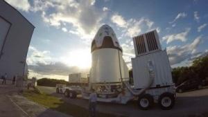 Crew Dragon auf dem Weg zum Startplatz: acht Raketentriebwerke in der Hülle