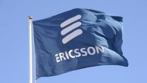 Flagge mit Ericsson-Firmenlogo vor der Zentrale in Stockholm