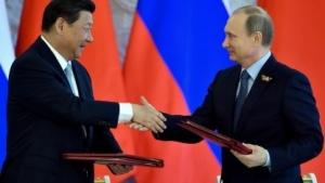 Russlands Präsident Wladimir Putin (r.) und der chinesische Staatspräsident Xi Jinping