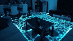 Andreas Dantz hat seinen Roomba mit einem LED ausgestattet und eine Langzeitaufnahme gemacht, die zeigt, wie sich der Staubsauger-Roboter bewegt hat.