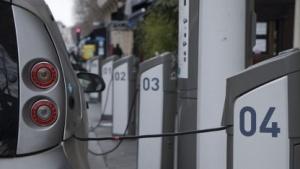 Nicht typisch: Elektroautos an öffentlichen Ladesäulen in Paris