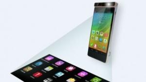 Lenovos Smart-Cast-Konzept: Der im Smartphone eingebaute Projektor projiziert ein per Touch-Gesten bedienbares Bild auf einen Tisch.