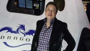 Elon Musk vor seinem SpaceX-Raumfahrzeug Dragon V2