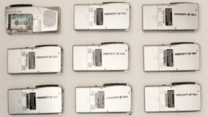 """Solche Diktiergeräte haben die Aktivisten von """"We Are Always Listening"""" in New York und Berlin versteckt."""