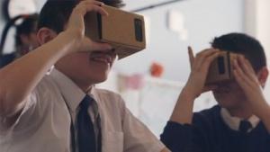 Schüler nutzen Google Cardboards.