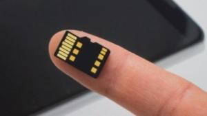 Mit Project Vault will Google einen sicheren Rechner auf einer Micro-SD-Karte unterbringen.