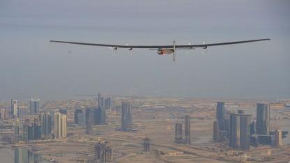 Solarflugzeug Si2 (bei einem Testflug über Abu Dhabi): Wenn sich das Wetter bessert, geht es weiter.
