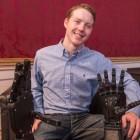 Easton LaChappelle: Fokussierte Gedanken lassen Roboterarm fest zugreifen