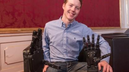 Easton LaChappelle erklärte US-Präsident Obama seinen Roboterarm.