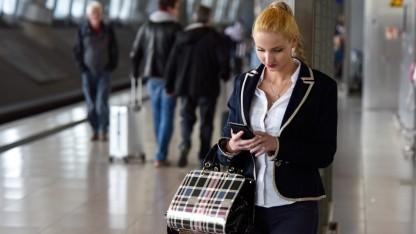 Digitalisierung: Reisende am Fernbahnhof Frankfurt Flughafen
