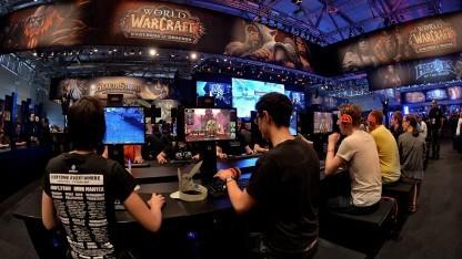 Besucher der Gamescom 2014 am Stand eines US-Entwicklers