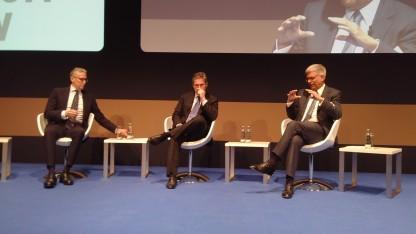 Männer, die auf Netflix starren: Kabel-Deutschland-Chef Manuel Cubero (links), Liberty-Global-CEO, Mike Fries (Mitte) und ZDF-Intendant Thomas Bellut