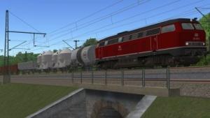 Eine Baureihe 218 zieht in alter Lackierung einen Güterzug im Zusi 3.