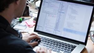 Symbolbild: Programmierer bei der Arbeit