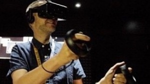 Golem.de-Redakteur Peter Steinlechner probiert Oculus Touch aus