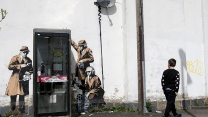 Street Art an einer Telefonzelle in Cheltenham, nicht weit entfernt vom Hauptquartier des britischen Geheimdienstes GCHQ