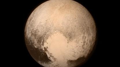 Zwergplanet Pluto: Eis so hart wie Gestein