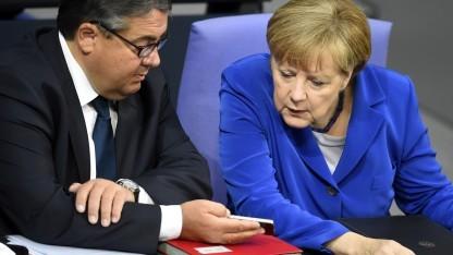 Merkel und Gabriel mit Smartphone im Bundestag
