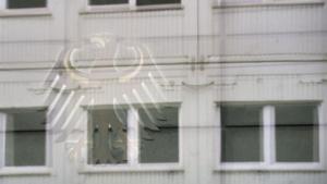 Der Bundesadler spiegelt sich in einem Fenster der BND-Zentrale in Berlin.