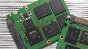Die 1-TByte-Version der 850 Evo (links) nutzt nur halb so viele Packages wie möglich.