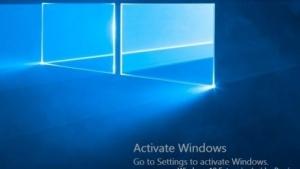 Auf dem Desktop weist Windows 10 auf die fehlende Aktivierung hin.