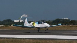 Elektroflugzeug Airbus E-Fan 2.0 landet am 10. Juli 2015 in Calais: elektrisch über den Ärmelkanal