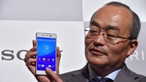 Sony-Mobile-Chef Totoki Hiroki mit dem neuen Xperia Z4.