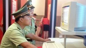 Chinesischer Polizist am Computer (Symbolbild): Onlinebetrug und Verbreitung von Gerüchten im Internet verhindern