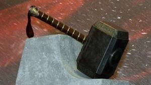 Hammer von Thor bei einer Filmpremiere