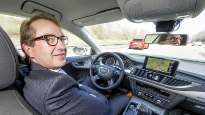 Freihändig über die A9: Verkehrsminister Dobrindt testet einen hochautomatisierten Audi A7.