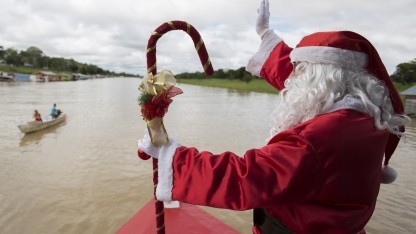 Der wichtigste Saisonarbeiter der Welt: Der Weihnachtsmann ist sogar auf dem Amazonas unterwegs.