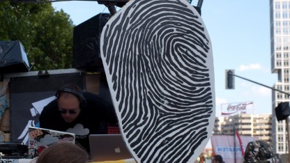 Aktivisten protestieren gegen die Speicherung von Fingerabdrücken.
