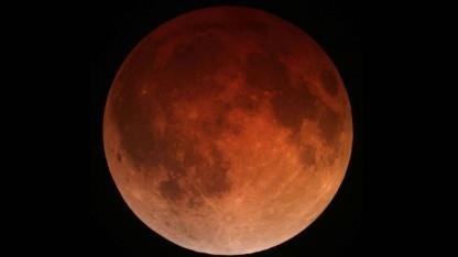 Blutmond: Der Mond durchquert den Erdschatten.