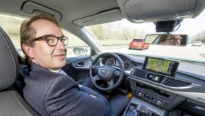 Verkehrsminister Dobrindt testet einen hochautomatisierten Audi A7: Autos dürfen bald für eine bestimmte Zeit und in bestimmten Situationen die Kontrolle übernehmen.
