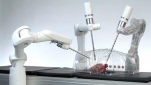 Der Roboter Miro operiert und wird vom Arzt gesteuert.