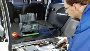 Institut für Fahrzeugtechnik und Mobilität (IFM) in Essen: ein Sachverständiger prüft die Sicherheit eines Elektrofahrzeugs