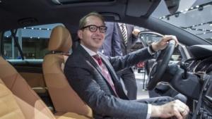 Verkehrsminister Dobrindt will Deutschland zum Leitmarkt für vernetztes Fahren machen.