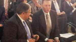 Elon Musk (r.) diskutiert mit Sigmar Gabriel über die Wirtschaft von morgen.