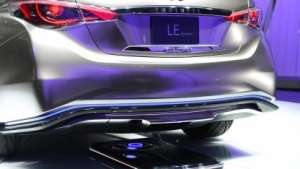 Das Konzeptauto Infiniti LE wird drahtlos aufgeladen.