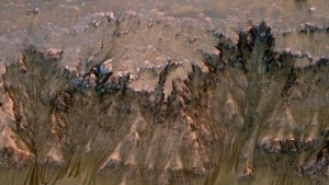 Rinnen auf dem Mars (Bild der Sonde MRO aus dem Jahr 2011): Die Analysen sind bisher der beste Hinweis auf flüssiges Wasser auf dem Mars.