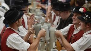 Ob diese Oktoberfest-Besucher Spione sind?