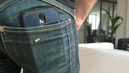 Wenn das Handy in der Hosentasche steckt, macht es sich gerne mal selbstständig - und wählt den Notruf.